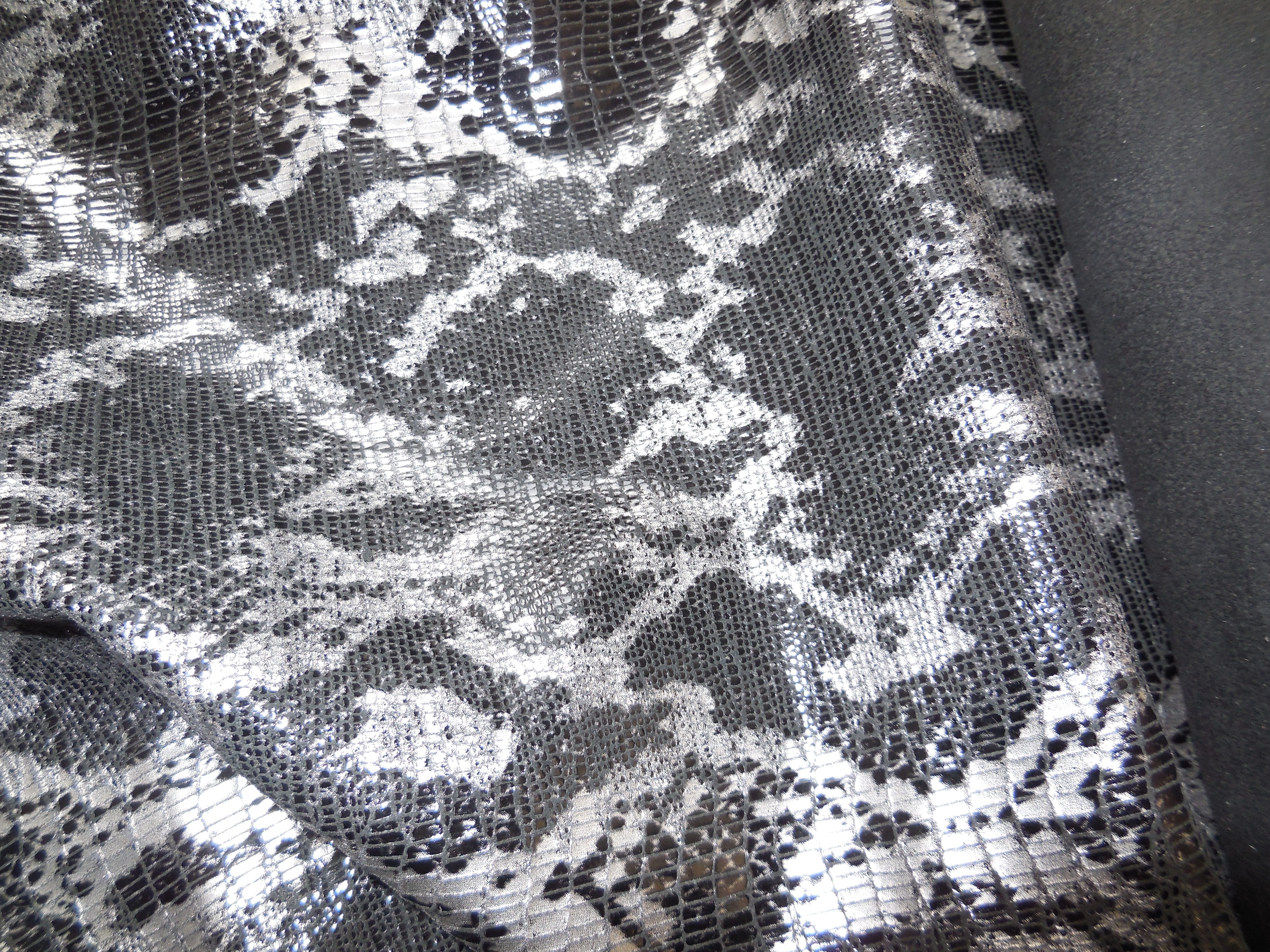 Skóra naturalna cienka, skóra naturalna odzieżowa wzór węża - srebrno- czarna - skóry naturalne wzór węża w Leather-design.eu